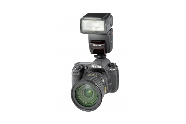 K-7, 16-50mm et flash 3/4 face